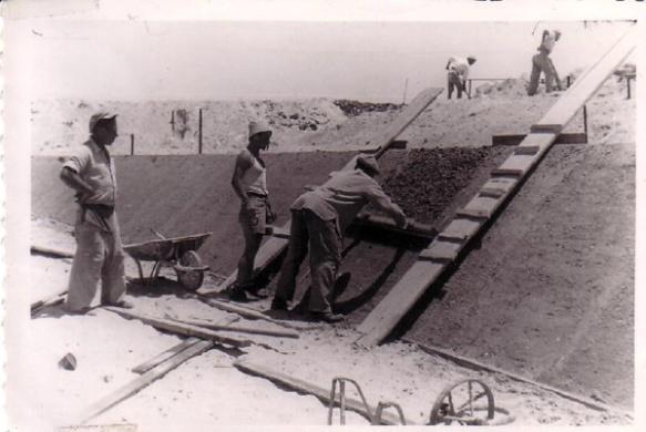 בניית בריכת השחייה - צבי קסר מפקח על יציקת השיפועים - קיץ 1952