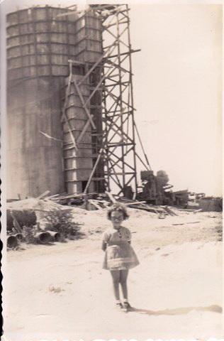 דליה שרף בת 4 ליד מגדל המים במהלך בנייתו - 1938